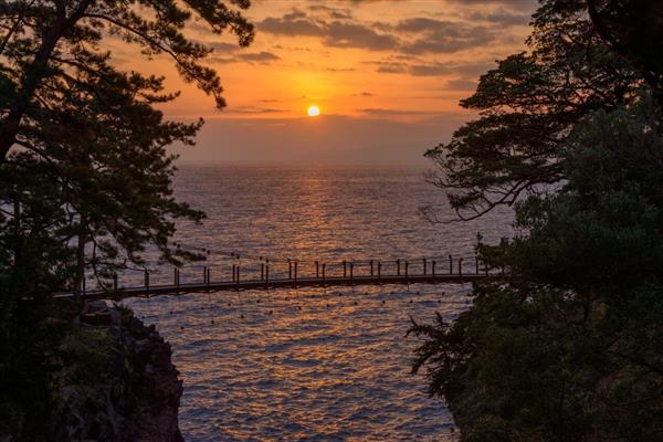 スリル満点の絶景スポット!城ケ崎海岸「門脇吊り橋」